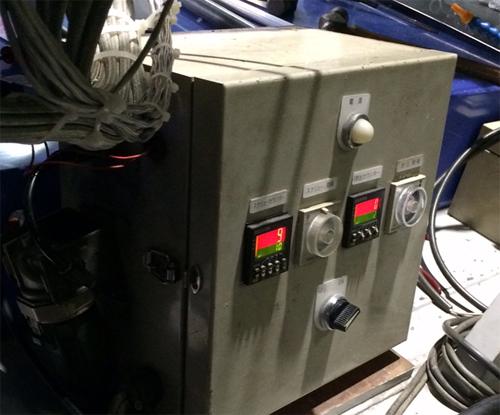樹脂を送り出す制御盤